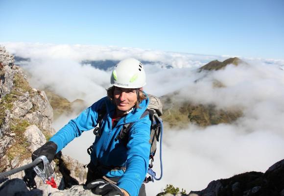Über die Felsen klettern beim Alpin Kletterkurs.