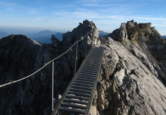 Die Wanderer begehen den Klettersteig auf dem Heilbronner Höhenweg