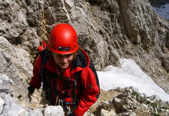 Mit Helm und Ausrüstung beim Klettern an der Zugspitze.