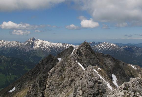 Wanderer laufen auf dem Kamm der 3 Gipfeltour.