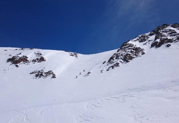 Skitourengänger unterwegs im Schnee beim Wildspitzen-Skitourenwochenende.