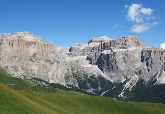 Geschafft am Gipfelkreuz in den Dolomiten