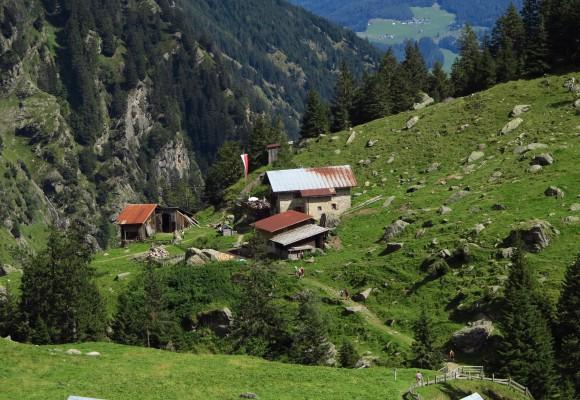 Zur Einkehr lädt die Alphütte auf dem Meraner Höhenweg ein.
