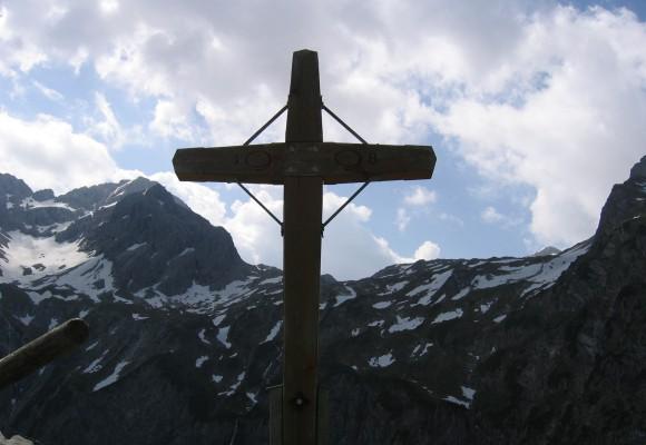 Der Bergsee liegt auf dem Wanderweg von Oberstdorf zur Zugspitze.