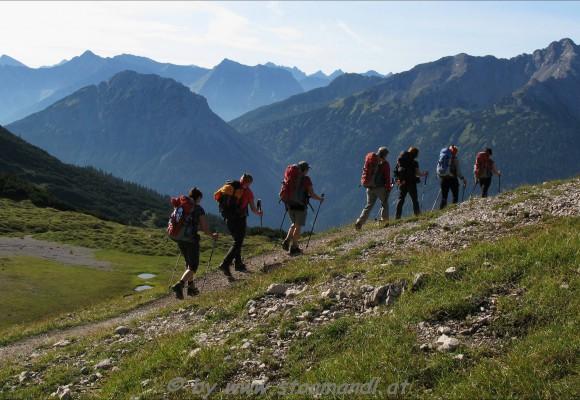 Der grün bewachsene Berg liegt auf dem Wanderweg von Oberstdorf zur Zugspite.