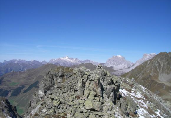 Die Gipfel sind schneebedeckt im Rätikon.