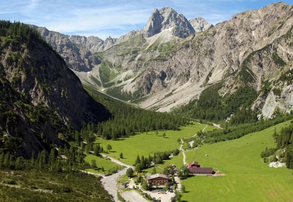 Entlang der Klamm führt die Holzbrücke im Karwendel.