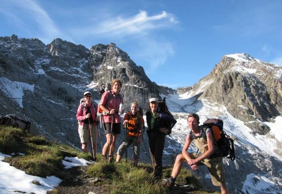 Wanderer posieren für ein Gruppenfoto auf ihrer Silvretta Tour.