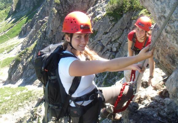 Kletterer steigt nach oben am Klettersteig Tirol.