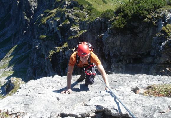 Vier Kletterer am Seil im Klettersteig Kleinwalsertal.