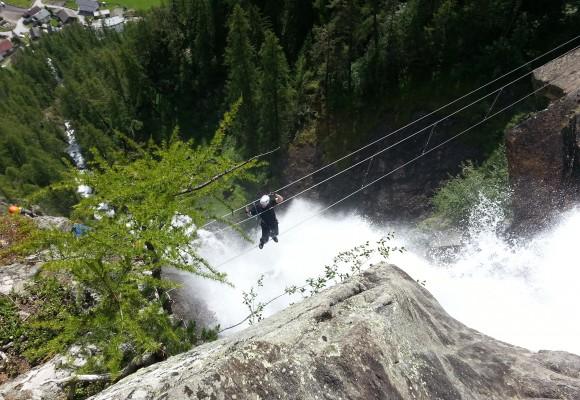 Über die Schlucht im Tirol klettern.