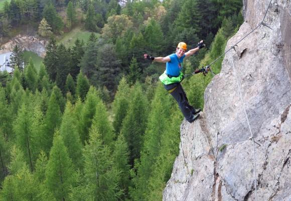 An der steilen Felswand im Tirol klettern.