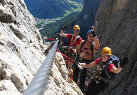 Kletterin bei Klettersteigwoche in den Dolomiten.