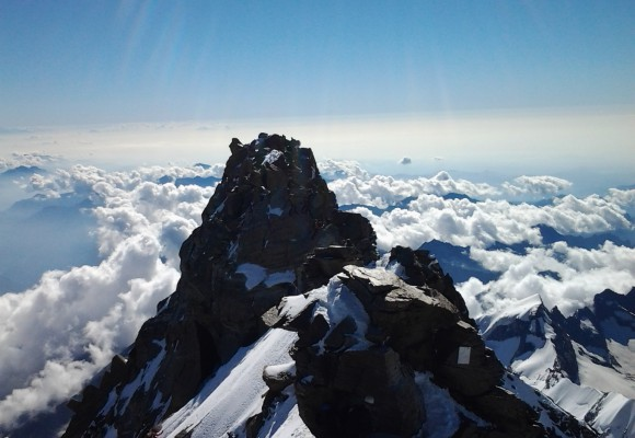 Der Bergsteiger macht eine Pause auf seiner Hochtour im Wallis.