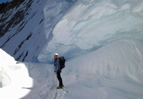 Das Bergsteiger Paar lächelt auf ihrer Hochtour im Wallis.