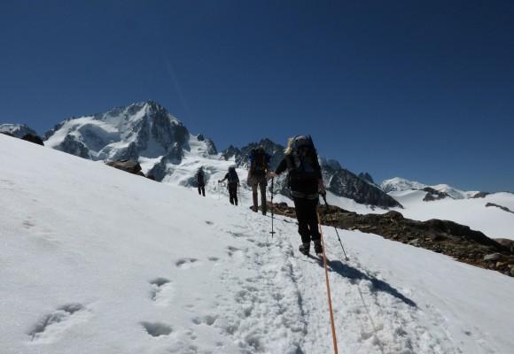 Die Bergsteiger posieren auf der Haute Route im Sommer.
