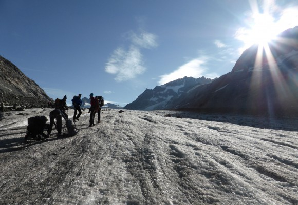 Die Bergsteiger laufen eine Ebene entlang auf ihrer Hochtour im Wallis.