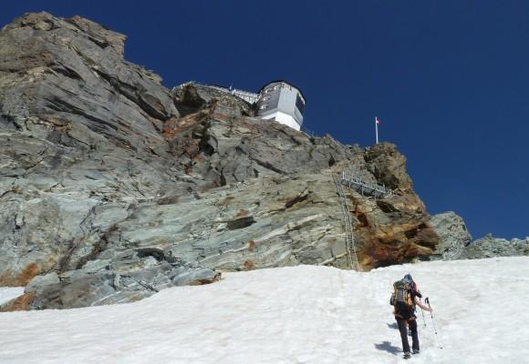 Die Dreiergruppe steht auf einem kleinen Absatz bei ihrer Tour Haute Route.