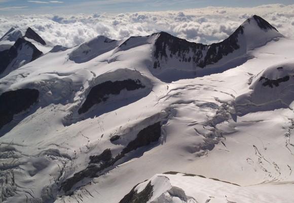 Die Gipfel im Bernina sind mit viel Schnee bedeckt.