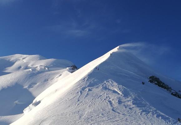 Die Sonne strahlt über dem Wolkenmeer am Mont Blanc.