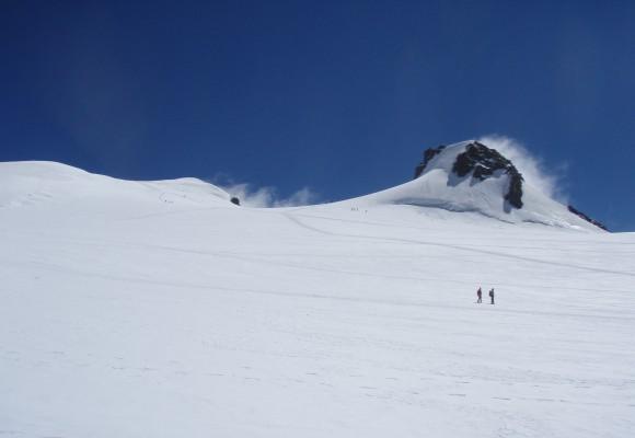 Die Geranien blühen an der Berghütte im Wallis.