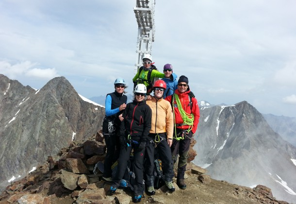 Der Bergsteiger reißt zufrieden die Arme nach oben auf der Hochtour Stubaital.
