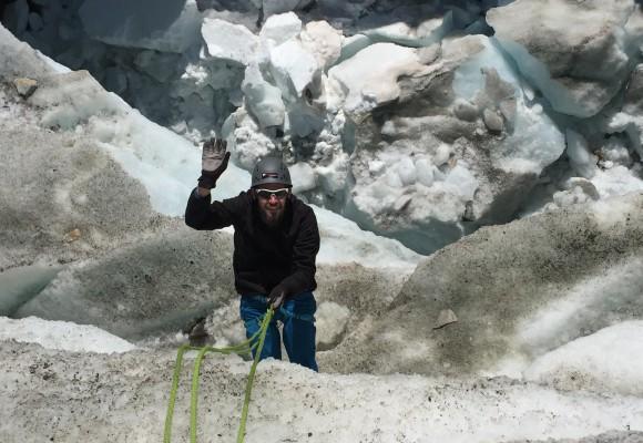 Die Wanderer überqueren den Gletscher.