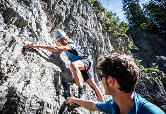 Der Guide hilft dem Kletterer beim Tageskletterkurs