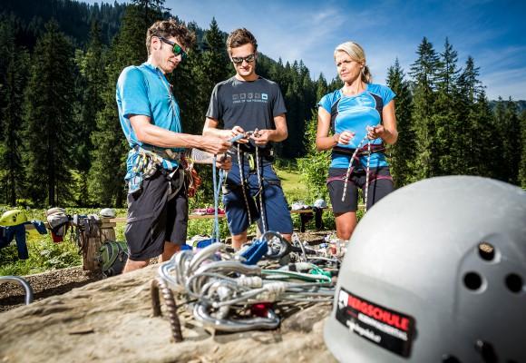 Der Kletterer klettert gesichert nach oben beim Tageskletterkurs.