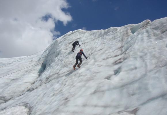 Die Bergstieger klettern durch Eis und Schnee.