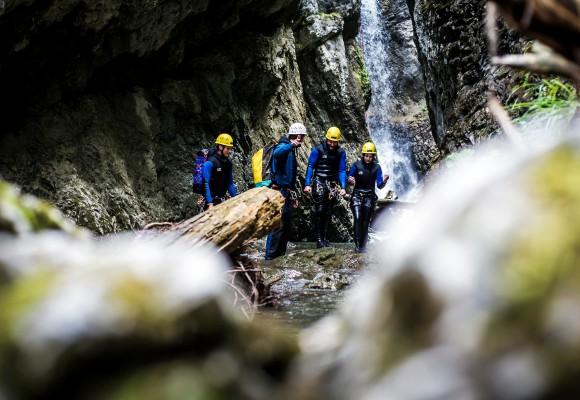Die Gruppe durchquert das Wasser beim Canyoning.