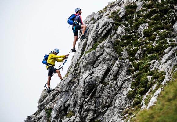 Einer nach dem anderen erklimmt Höhenmeter auf dem Walser Klettersteig.