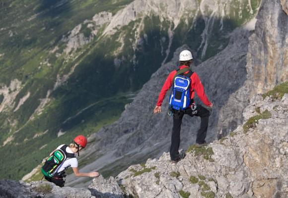 Die Wanderer überqueren ausgesetzte Stellen auf der 3-Gipfeltour.