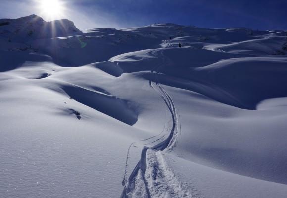 Skitourengeher auf einer Schneewechte beim Skitourenkurs Kleinwalsertal.