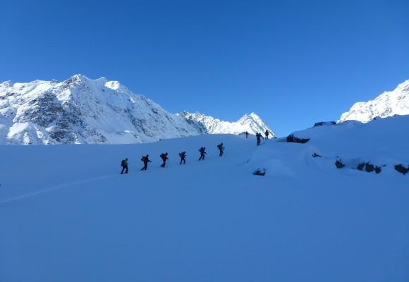 Skitourengeher bei der Abfahrt im Tiefschnee bei strahlendem Sonnenschein bei der Skitour Sellrain II.