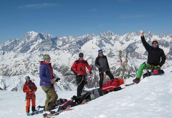 Skitourengeher mit Klettergurt und Seil bei der Skitourenwoche Haute Route.