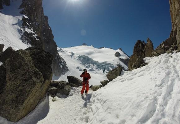 Skitourengeher in einer Kletterpassage mit den Tourenski auf dem Rücken bei der Skitourenwoche Haute Route.