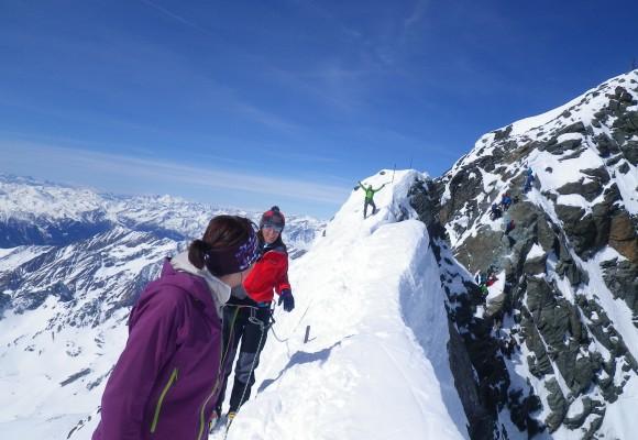 Blick zum verschneiten Gipfel bei der Skitour Großglockner im Winter.