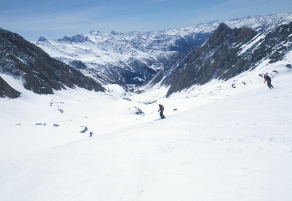 Ausblick vom Gipfel in die verschneite Bergwelt bei der Tour Großglockner im Winter.