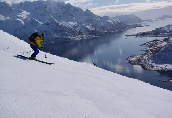 Zwei Personen an einem See in Norwegen bei der Skitourenreise Norwegen.