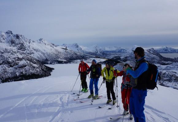Zwei Skitourengeher kurz vor der Abfahrt bei der Skitourenreise Norwegen.