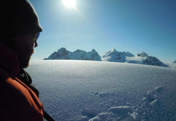 Drei Skitourengeher am Grat bei herrlichem Sonnenschein bei der Tour Quer durch die Silvretta
