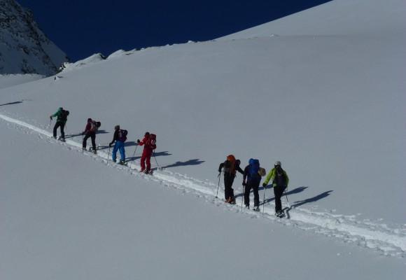 Zwei Skitourengeher am Seil beim Aufstieg zum Gipfel bei der Tour Quer durch die Silvretta.