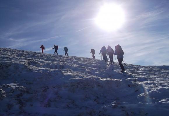 Der Schneeschuhwanderer auf dem Weg zur Hütte.