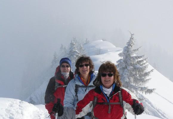 Schneeschuhwanderer stapft durch den Schnee nach unten.