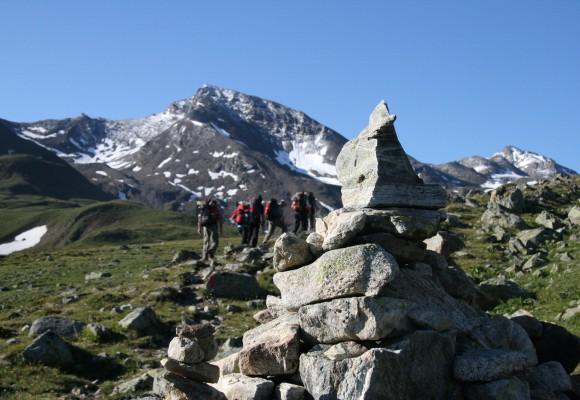 Urige Hütte vor Bergsee auf dem E5.