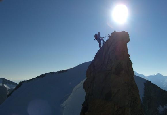 Der Bergsteiger im Schnee am Gipfelkamm.