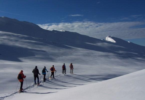 Schneeschuhwanderer beim Abstieg im Schnee.