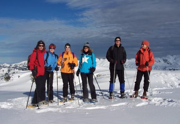 schneeschuhwanderer stehen vor der Hütte
