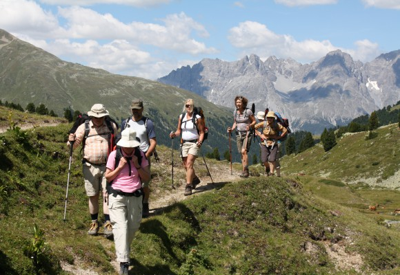 Den Ausblick auf das Tal und die italienischen Dörfer genießen.